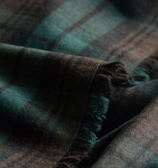 見た目にもあたたかで、温もり感じるウール混生地を使用しています。ウール混生地ながらチクチク感があまりなく、柔らかで優しい肌触りに。ウールの起毛感があり、温かみも感じられます。柔らかでありながら程よいハリ感があるので、ふんわりと広がるラインを美しく見せてくれます。