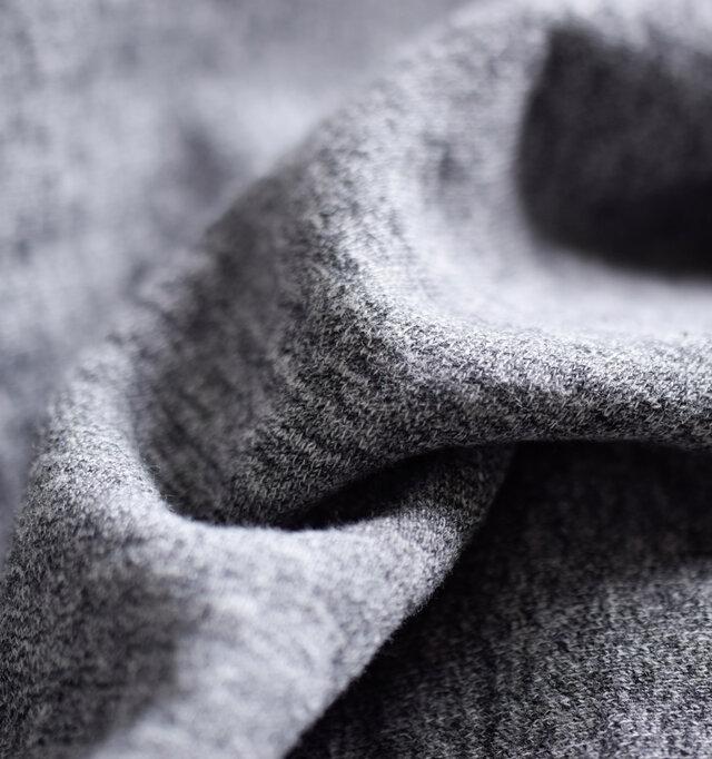 コットン100%のリサイクル裏毛を使用。柔らかくふかふかとしたソフトなコットンの肌触りがやみつきになりそうです。裏毛は適度な保温性と吸湿性に優れているので、スポーツなどのシーンでもオススメ。