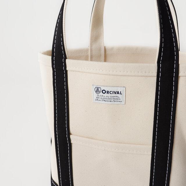 フロントには小物類を入れるのに便利なポケット付き。 ブランドロゴのピスネームがさりげないアクセントに◎。