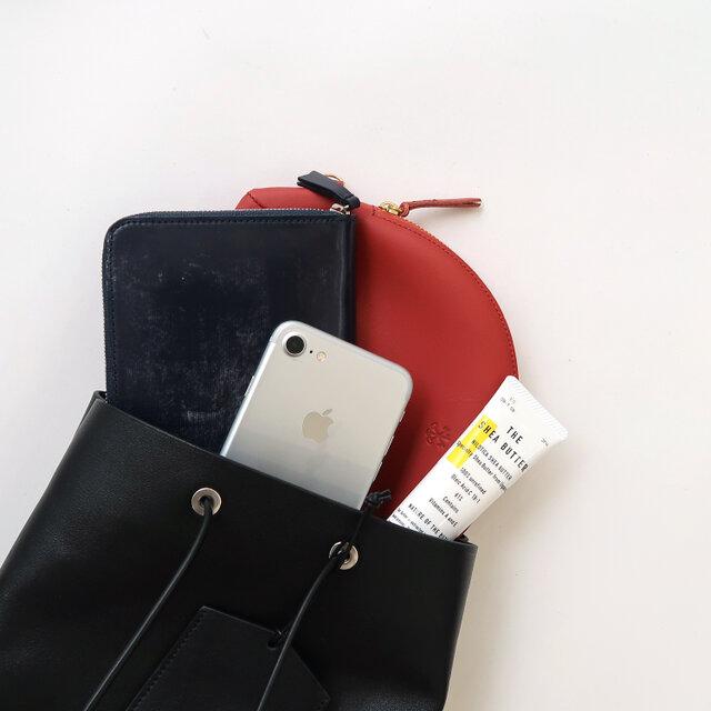 携帯や長財布、ポーチが入る程度のややコンパクトなサイズ感。 女性らしく持ちつつ、普段使いにぴったりな大きさが嬉しいですね。