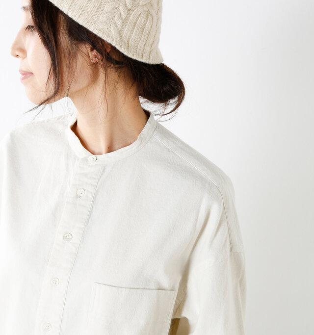 小さめのバンドカラーが可愛らしく、シンプルな襟元のデザイン。ボディは生地が贅沢に使われており、全体的にゆったりとしたサイジングで、リラックスした着心地です。腰回りも気にならないシャツワンピースで秋冬のお洒落を存分に楽しめます。