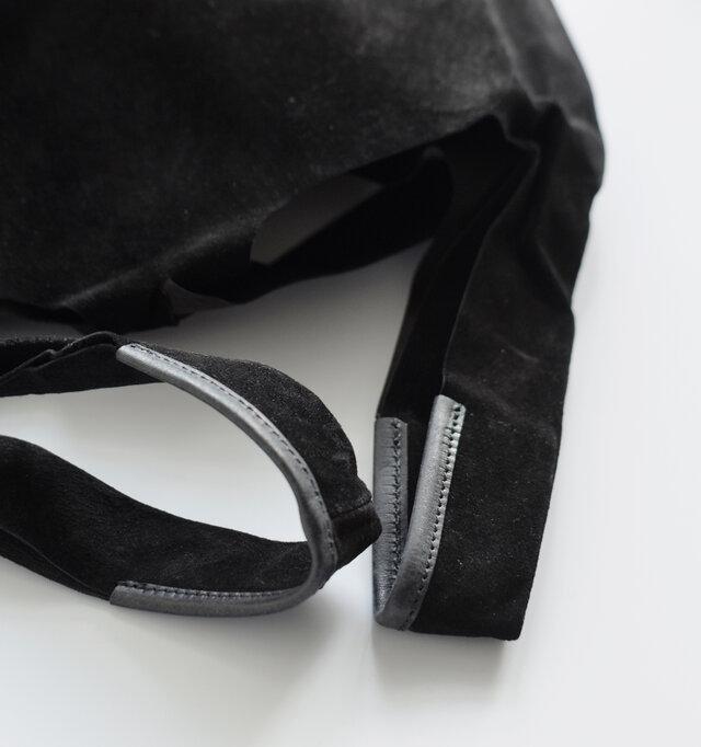 ショルダーには片側に革で補強が施された丈夫なつくり。