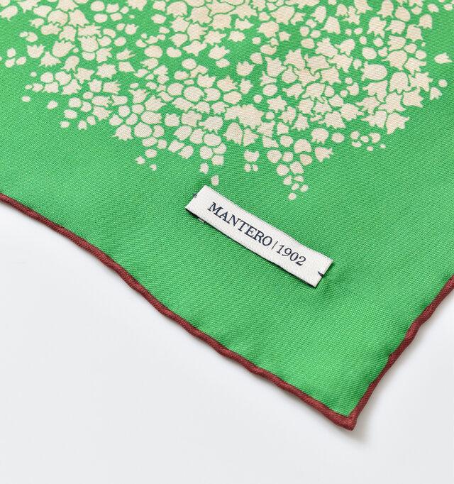 端にブランドネームが縫い付けられており、さりげない高級感を演出しています。