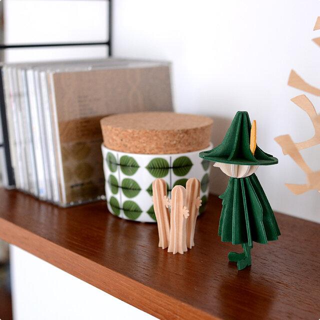 静かで控えめなキャラクターながらも、孤独と自由を愛する詩人スナフキンは、いつも人気のキャラクターですね。 トレードマークの、グリーンの衣装と、羽のついた大きなとんがり帽もきちんと表現されています。