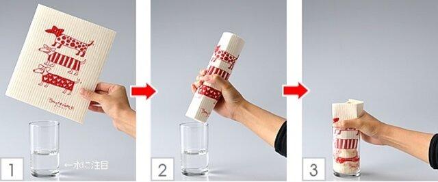 それではここで実験を。スポンジワイプをコップの水につけてみると...。