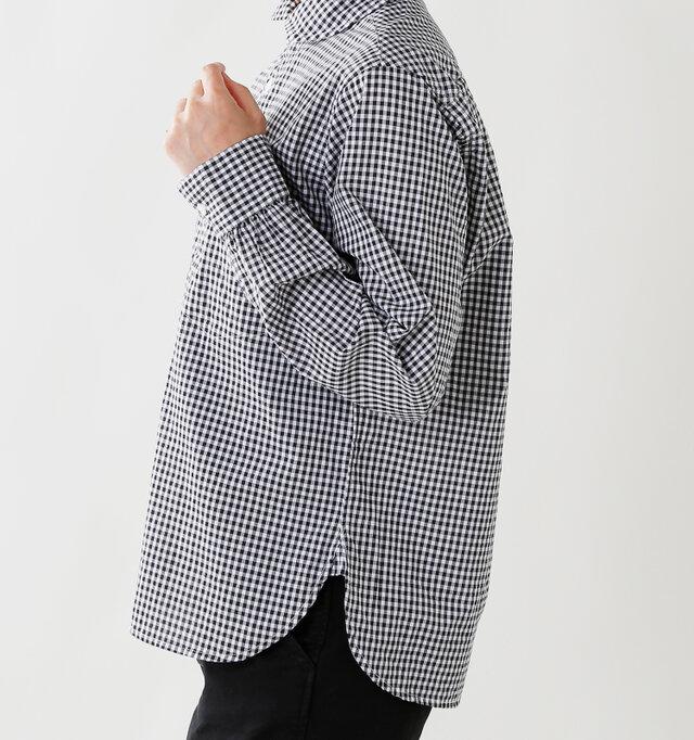 後ろの着丈が少し長くデザインされているので、お尻周りをさりげなくカバー。