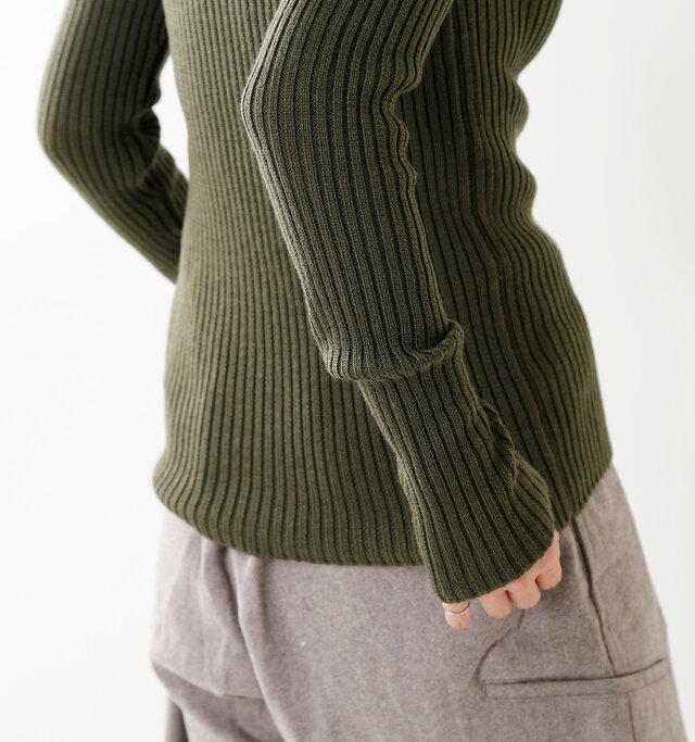 ホールに指を通さず、くしゅっと長めの袖をルーズに着てもgood!気分で着こなしの変化が楽しめます。