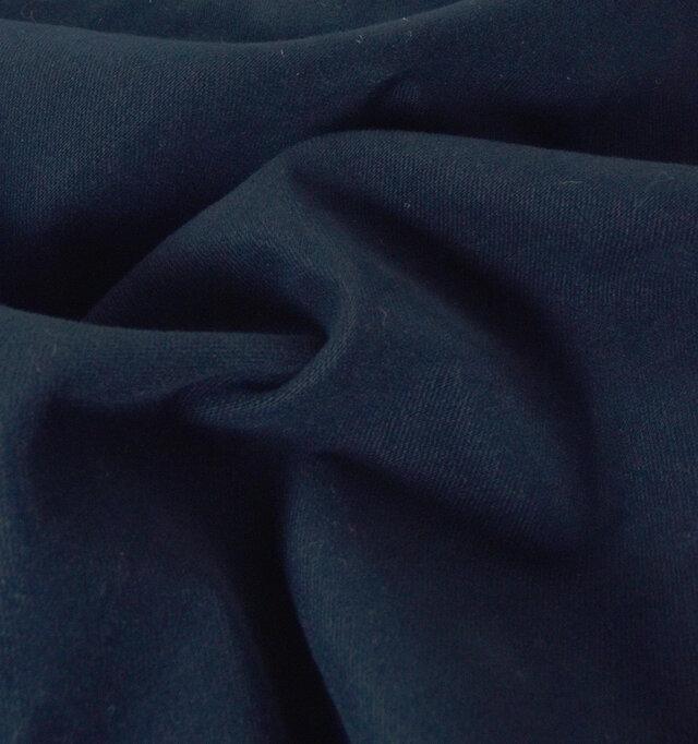 優しい風合いのサテンシルキーピーチ素材を使用。しっかりとした生地感で、少し起毛感があるミニタリー素材です。カラーはネイビー、ブラックの2色をご用意しました。