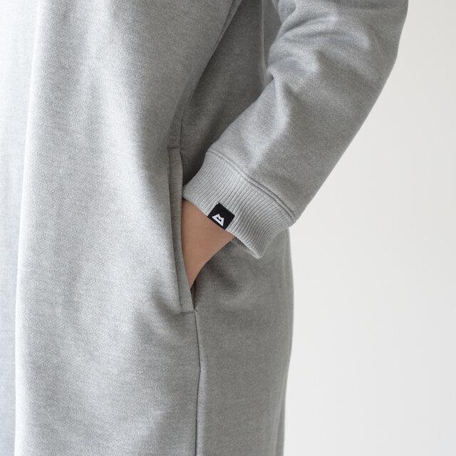 袖口にもブランドロゴをプラス。 サイドにはスリットポケット付きで、ちょっとした小物を持ち歩くのに便利です。