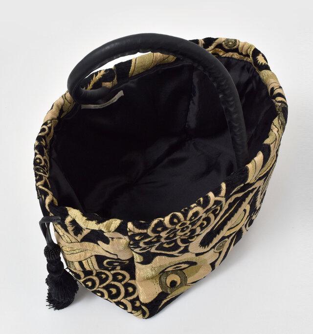 内側には光沢のあるサラリとした裏地付き。大きく開くので荷物の出し入れもしやすいです。