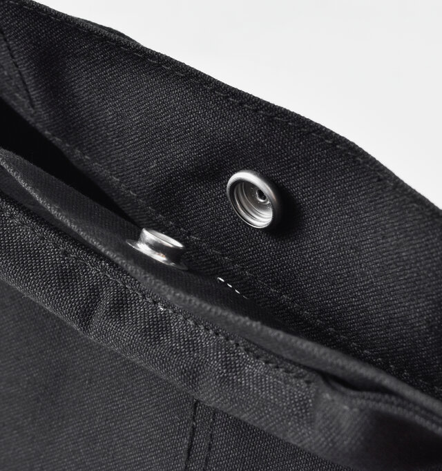 スナップボタンで開け閉めができ、荷物が飛び出る心配も防いでくれます。