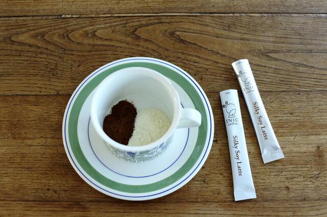 飲むほどに濃厚な大豆の甘みが優しく包み込む「シルキーソイラテ」。大豆はコクと甘みが強い北海道産「とよまさり」を使用。コーヒーは大豆本来の旨味が引立つよう、深みのあるスペシャルブレンドモカをセレクトしました。コーヒーとソイ、それぞれスティックが分かれているので、1本ずつ混ぜてお飲み下さい。