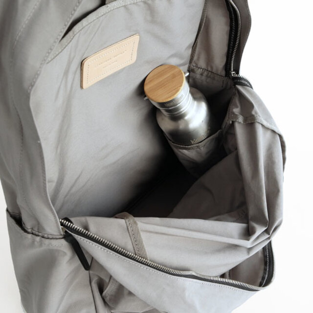 機能は、同シリーズのCOMMUTEY DAYPACKとほぼ同じですが、COMMUTE DAYPACKには無い機能として、内装の右側にペットボトルや水筒・折りたたみ傘などを入れる仕切りポケットを付けています。