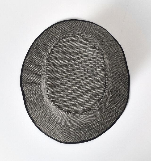 吸放湿性に優れ、通気性の良い上質な和紙を使用。 細かく編まれたやや透け感のある素材です。