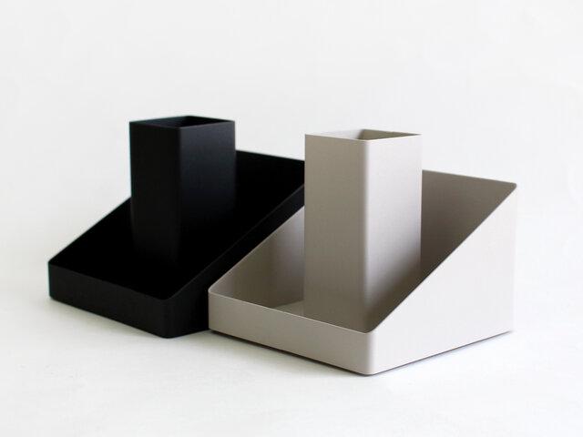 カラーはブラック(左)、ホワイト(右)の2色展開。ホワイトはグレー寄りの色味になります。ベーシックな2色はどんな場所に置いてもすんなりと馴染んでくれます。