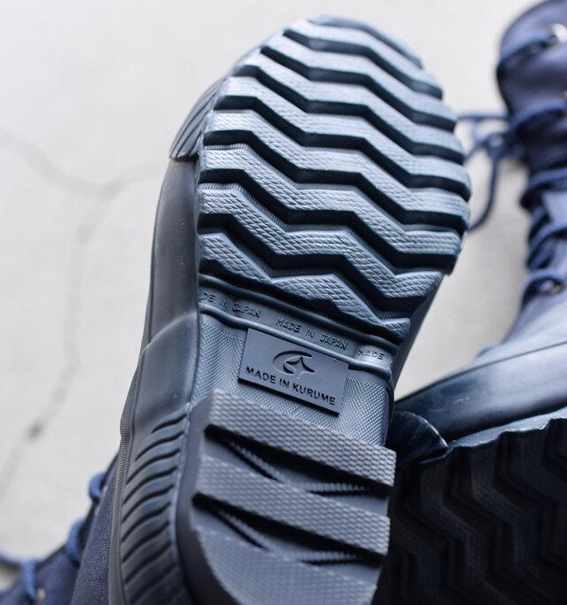 アウトソールには滑りにくさを計算されたジグザグの溝が施され、安定感のある履き心地を実現。