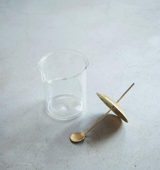 蓋の取手がそのままスプーンとして使えます。 使用途中、持ち手(蓋の上側)を下にして置けば、スプーンの部分を汚さずにおくことができます。