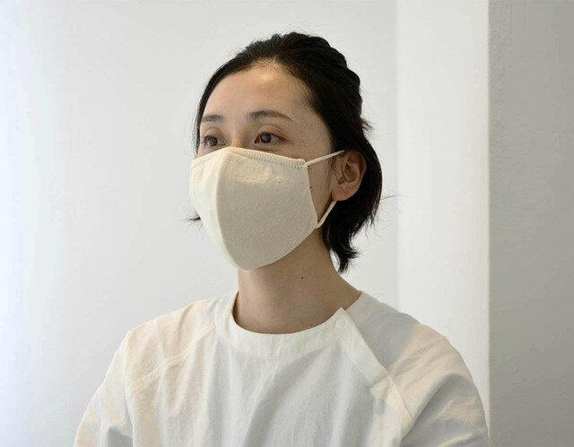こちらは普通サイズ (モデル着用は生成りカラーのマスクですが、今回はホワイトカラーです)