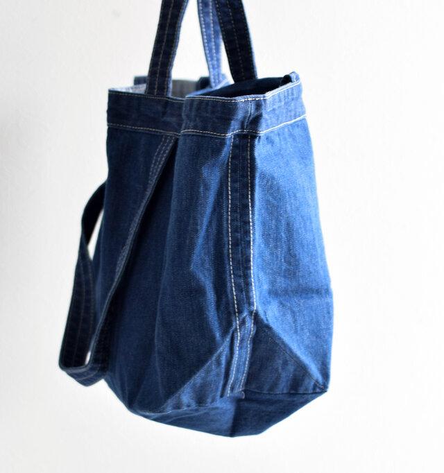 程よく幅をとった横マチ。たっぷり入る大容量と布素材なので、折り畳んでサブバッグとして持ち歩くことも出来ます。
