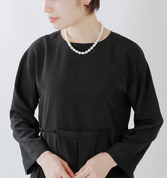 緩やかな開きのクルーネック。シンプルなネックラインなので、ネックレスなどの小物との相性も◎ 少し肩を落とした女性らしいお袖。アームにゆとりを持たせ、リラクシングな着心地になっています。