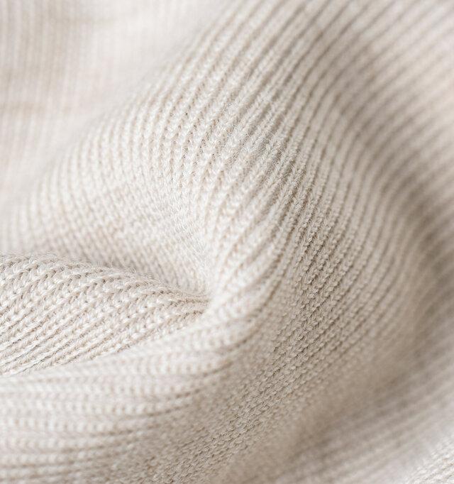 丁寧なハイゲージで編みこまれたウールニットの表地と…