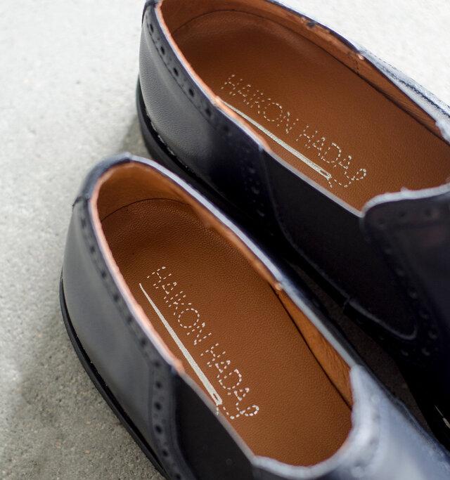 インソール、ライニング共にレザーを使用。柔らかな優しいタッチで快適な履き心地です。