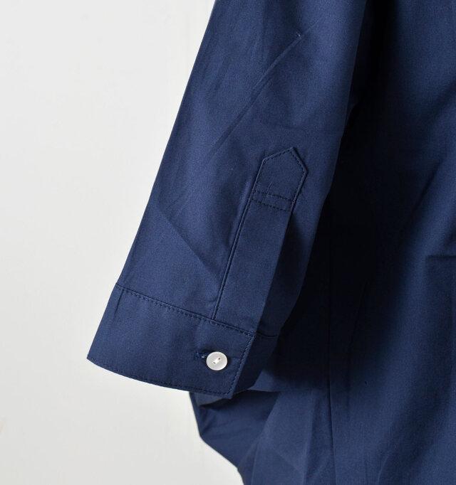 袖口は剣ボロ仕様で、腕まくりもしやすい本格的なシャツデザインです。