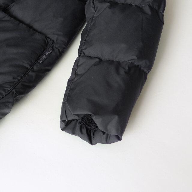 袖口と裾の内側に施したシャーリングゴムが程よくフィットし、保温性を高めたつくりに。 デザイン面でも絞った袖口と裾口が丸みのある、立体的で可愛いシルエットを叶えます。