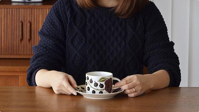 すこし幅広に作られたティーカップ&ソーサーは、深さもあるので多めに飲みたい時、スープなどにも活躍してくれます。ソーサーは16.5cmのプレートとして使えます。