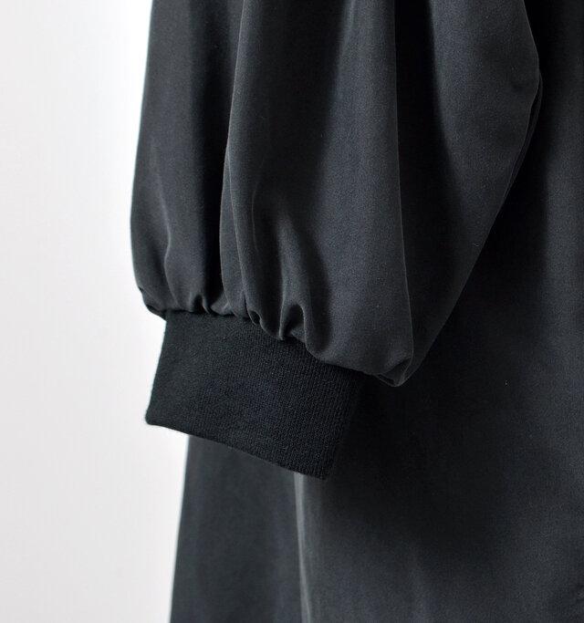 袖口にもリブをあしらい、ボリュームのあるお袖とのメリハリが絶妙な仕上がりです。