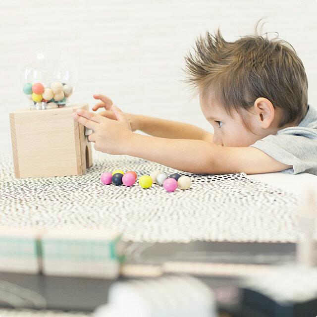 昔から子供たちに親しまれているgatcha gatcha(ガチャガチャ)が、すてきなデザインのおもちゃになりました。