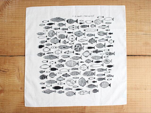 「さかな」 いろいろな柄やかたちの魚が、まっすぐに泳いでいきます。