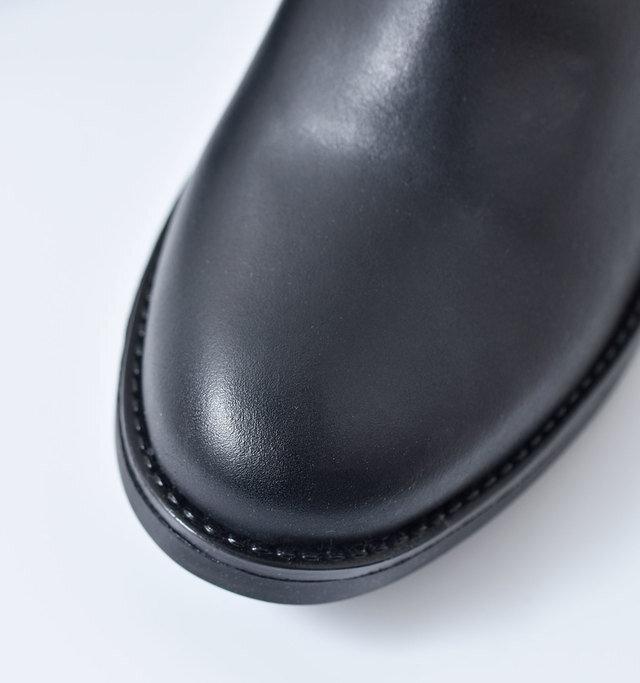 さりげなく配されたステッチは、ブラックにすることでよりスタイリッシュな印象に。上質なレザーの質感を楽しめるブーツです。