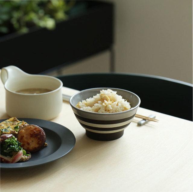 楽しい食事の時間に添う、 しっとりした質感の陶器のお茶碗が届きました♪ 毎日使うものだから、デザインも機能も譲れないですよね。