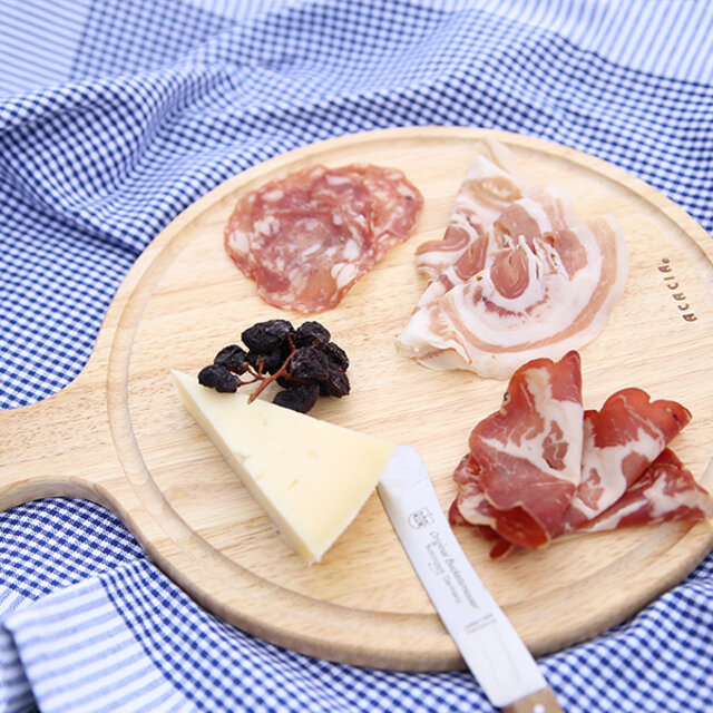 (L)  円の部分は約28cmなので、ワンプレートご飯に使うお皿と同じ感覚で使用できます。大勢が食卓を囲む際の、前菜やチーズ、おつまみにもピッタリです。