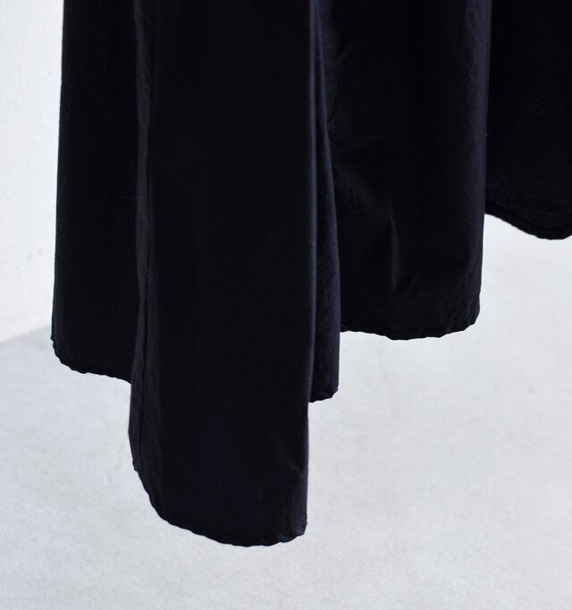 ギャザーからうまれた立体的なドレープは裾で大きく波打って見事なデザインのアクセントに。動くたびに軽やかに揺れて動きのあるスタイリングをお楽しいみただけます。
