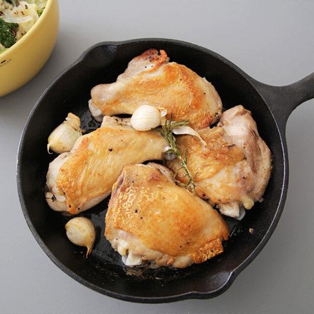 パンケーキからステーキまで。 料理の幅が広がるロッジのスキレットは、鋳鉄製ともあって「お手入れ方法が難しいのでは?」と思われがちですが、実はお料理初心者の方でも簡単に出来ます。 普段は、馴染ませた油が抜けてしまわないように洗剤はなるべく使わず、金属以外のたわしを使って、お湯だけで洗い流します。 また、ロッジは昔ながらの製法を守りつつ、現代のニーズに合わせた物づくりをしているので、新品でもすぐに調理ができるシーズニング(初期慣らし)済みです。 たわしなどで軽く洗ってから、すぐに使えます。
