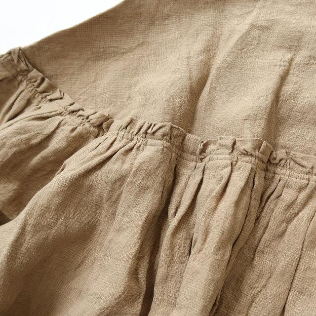 生地切替え部分にはぐるりとギャザーが寄せられており、胸下から裾にかけてふんわりとしたシルエットが広がります。