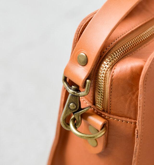 ベルトを取り付ける際はカニカン留めで簡単に付け外しができます。