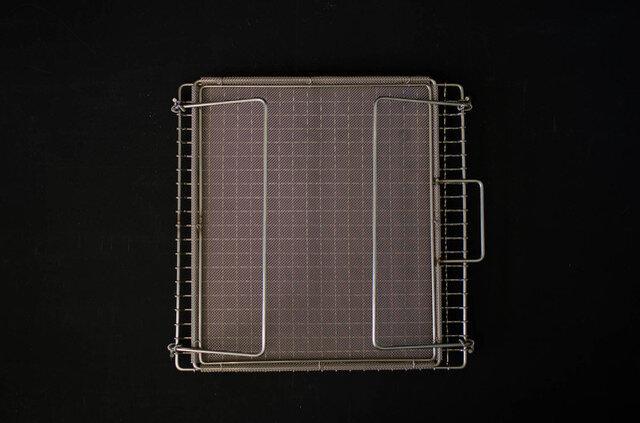 足は折りたたみ式でコンパクトに収納でき、お手入れは水でザブザブ、たわしでゴシゴシ洗えて便利です。