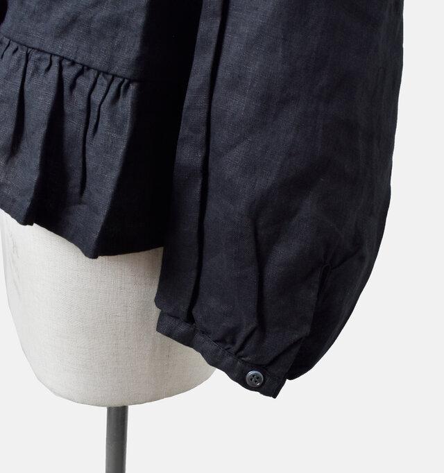 ボタン留めのお袖はギャザーの入った、ふんわりとボリュームのあるシルエット。