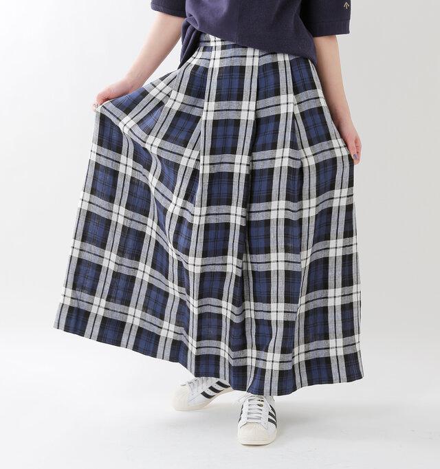 スッキリしたシルエットですが、生地をたっぷり使用。1枚仕立てで軽く仕上げているので、脚捌きしやすく、快適なスカートです。