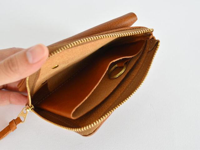 ファスナーポケットの中にはお札と小銭を分けて入れられるよう仕切りがついていたり、キーリングが付いていたりと、小さいながらに頼もしい仕様となっています。