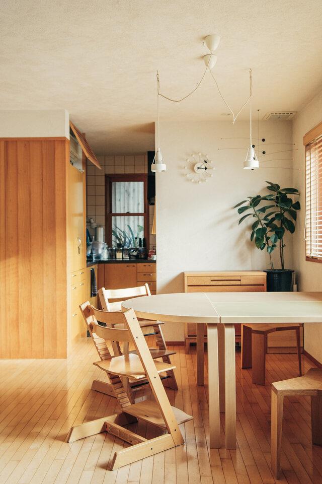 80Bテーブルを2台と、半円テーブルを組み合わせたら、ゆったりしたダイニングテーブルに。 両端に半円テーブルを置けば、大きなオーバルテーブルのできあがりです。  普段はそれぞれ別の場所で使って、来客があった時には組み合わせて広く使うことも。 家族が増えるたびに、ひとつずつマイテーブルとして増やしていくのも楽しそうですね。 (画像天板カラー:左 半円 モカ / 右奥80B モカ / 右手前80B オリーブ)