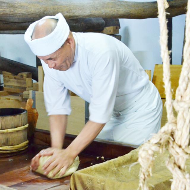 江戸時代から続く伝統的な製法「研ぎ」。職人の心と技が宿ります。 和三盆がすっと溶ける口どけなのは、この「研ぎ」によって粒子が細かくなるため。