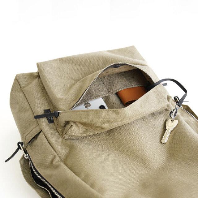 フロントポケットについているキーホルダーにストラップを追加。 バッグを抱えたまま鍵の開け閉めができるように。