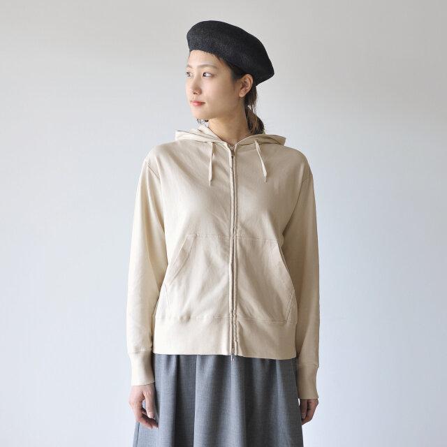 ダブルジップによりお好みのスタイルで着こなすことができます。 袖口、裾のリブがスタイリングにメリハリをプラスします。