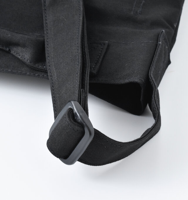 ショルダーは本体と同じ、丈夫なコットンキャンバス素材。長さの調節が可能なので、斜め掛けも余裕で出来ます。