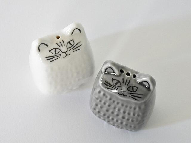 ホワイト(塩)は1穴、グレー(胡椒)は3穴です。ねこの見上げたような表情がなんともキュート。