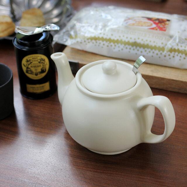 紅茶の国イギリスならではのトラディショナルなフォルムが可愛らしい「Price & Kensington(プライス&ケンジントン)」のティーポット。でも見た目だけでなく、丸みを帯びたポットはお湯を注ぐと茶葉が渦巻くように泳ぎ、おいしい紅茶を淹れることができます。今の暮らしにぴったり寄り添ってくれる便利さがあるのにどこか懐かしさの漂うティーポットは、日々のティータイムをより豊かな時間にしてくれそうです。